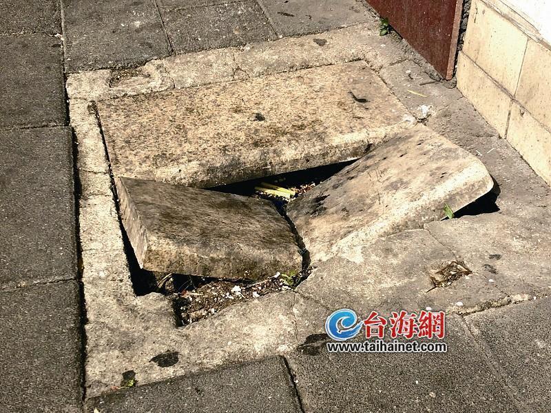 坑!人行道井盖断裂 窨井成陷阱