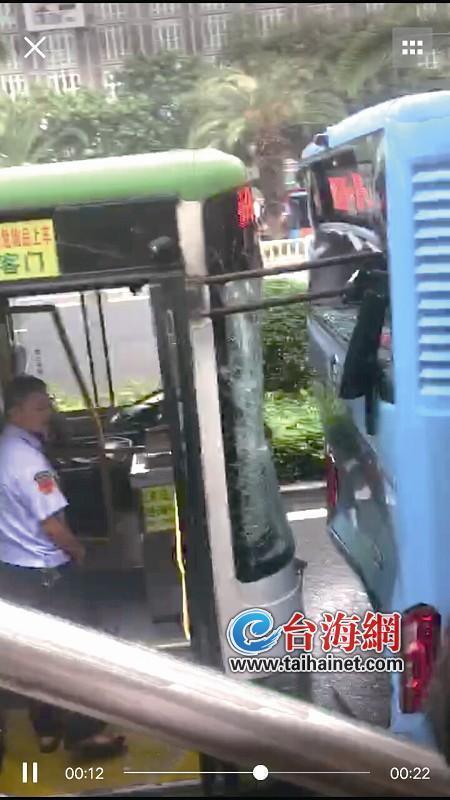 厦门嘉禾路塘边站两公交追尾 三人受伤