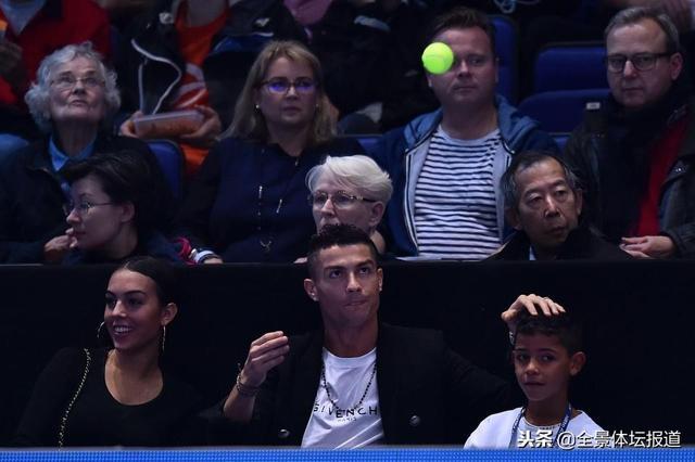 ATP总决赛C罗现身演出飞身救球搞笑一幕 C罗飞身救球动图