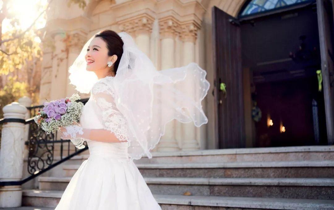 新娘在婚礼上走来走去 如何好看又优雅大方?