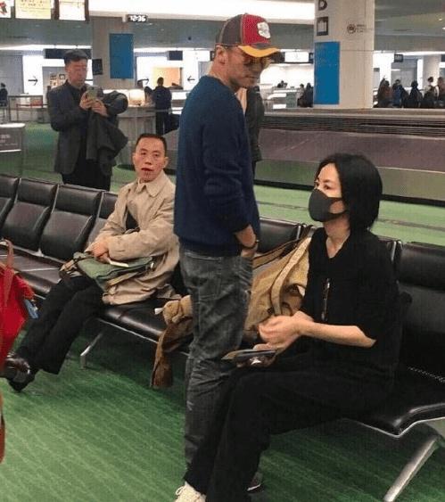王菲谢霆锋出游被偶遇照片曝光!49岁王菲素颜肌肤白嫩令人倾慕