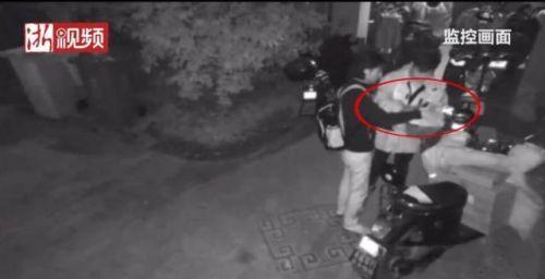 快递员凌晨送件将程序员误认成小偷怎么回事?视频监控曝光乌龙一场