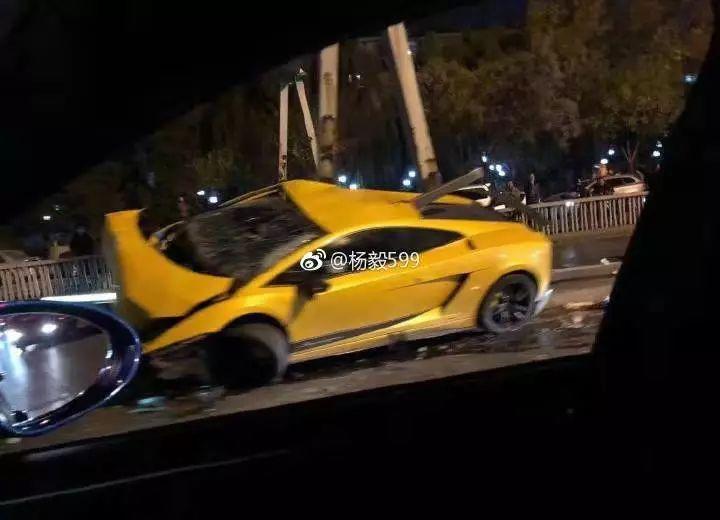兰博基尼撞匝道栏怎么回事现场多图曝光 栏杆贯穿整辆车