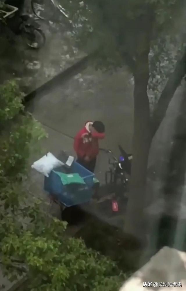 上海快递小哥暴哭怎么回事 上海快递小哥快递被偷犯人抓到了么