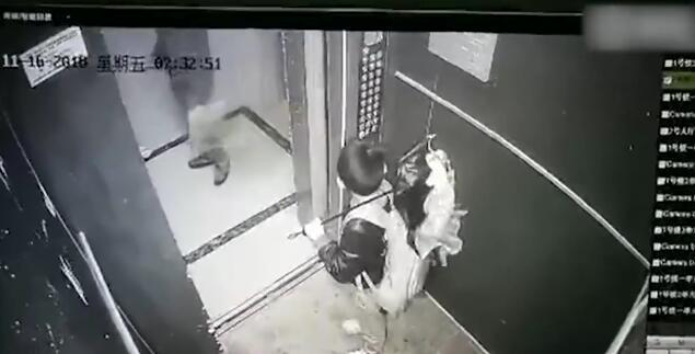 江西一男孩拿雨伞卡电梯玩耍险被带飞,所幸物业及时赶到