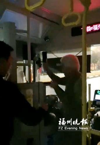 福州一依伯坐反方向引口角殴打公交司机 警方介入调查