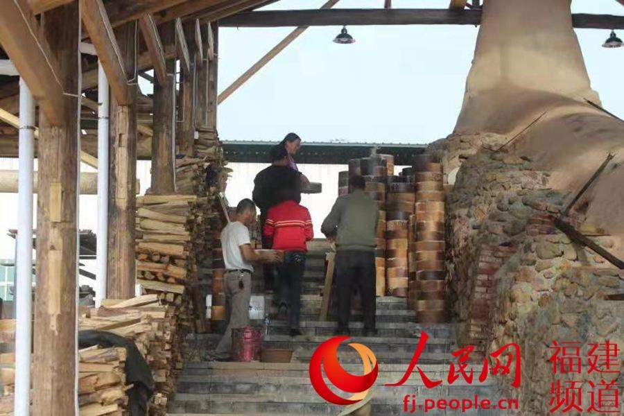 百名建盏及中国白烧制技艺传承人参训切磋手艺 共同保护非遗