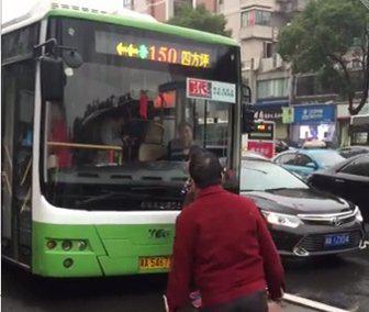 大妈拦公交车怎么回事?大妈非法拦车12分钟涉违法吗?