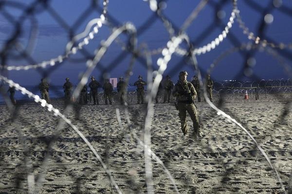 特朗普威胁关闭美墨边境 允许部队用致命武器
