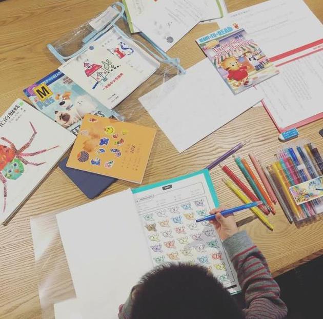 应采儿晒Jasper做作业照片 心疼5岁儿子课业繁重