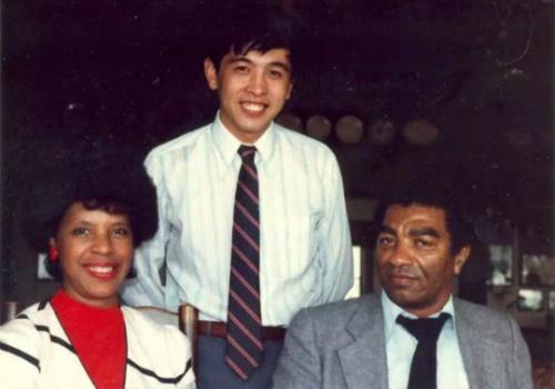 美国非裔博士帮助葡京娱乐场官网注册留学生数十年 情同父子