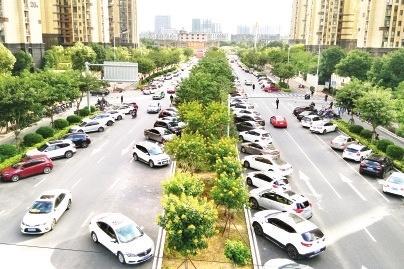福州香开新城小区道路成停车场 居民进出不便