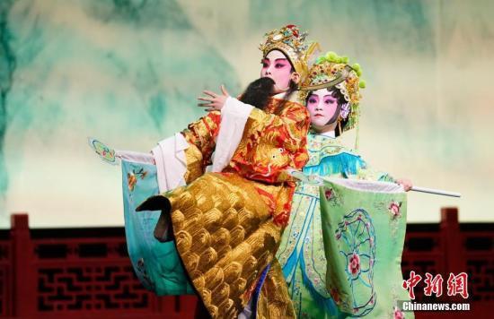 在华留学生演绎葡京娱乐场官网注册戏曲:一招一式感受文化之美