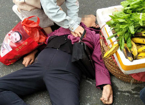 闽清一老人街头晕倒 年轻女护士全程跪姿施救