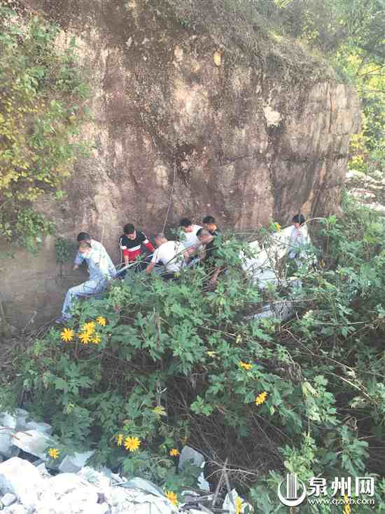 泉州市區千億山莊附近 男子不慎墜崖 眾人熱心抬救