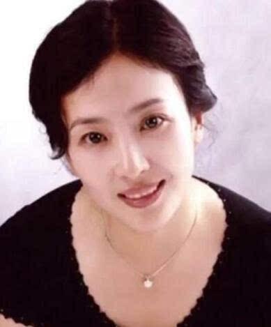 刘亦菲亲妈近照曝光,长相被疑似章泽天?网友:这家人基因好强大