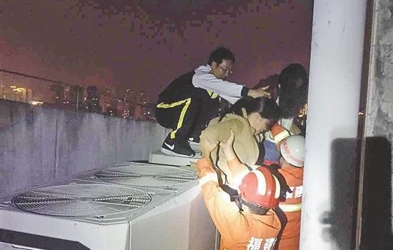 退休民警见义勇为连夜爬天台救下轻生女子