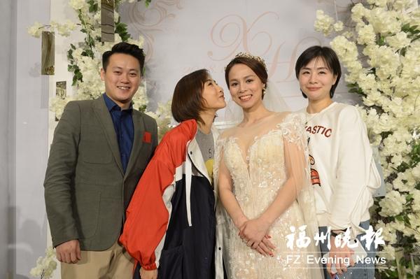 蹦床名将黄珊汕结婚 奥运冠军何雯娜等到场祝贺
