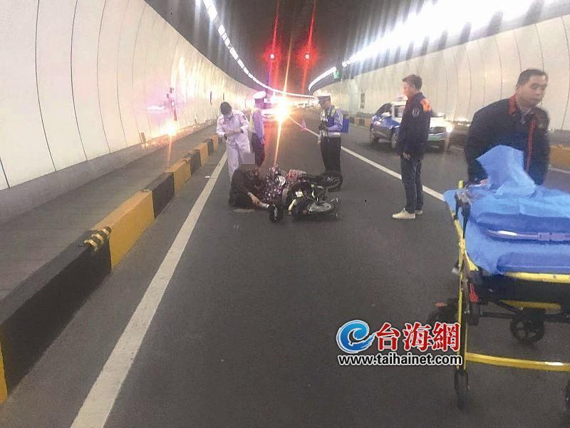 老人隧道中骑车逆行 被灯光一照摔倒受伤