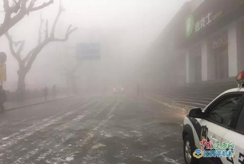 九江市廬山風景區部分道路出現結冰 外地自駕車輛換乘登山