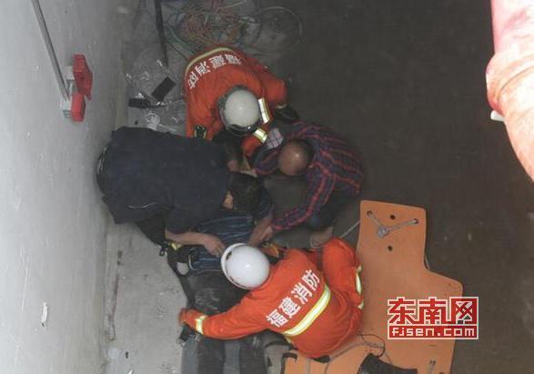 莆田:夫君失入5米高池塘坑 消防实时救出