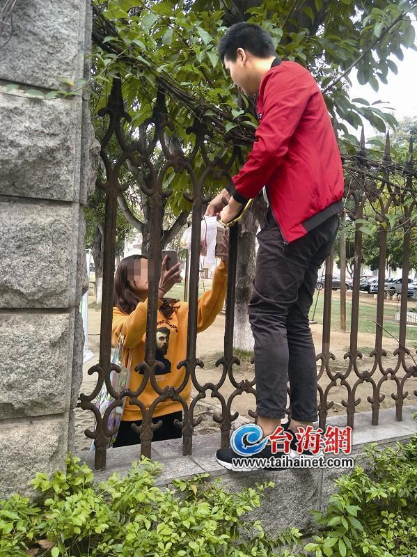 """厦门高校管理叫外卖有松有严 女生隔着栅栏和小哥""""接上头"""""""