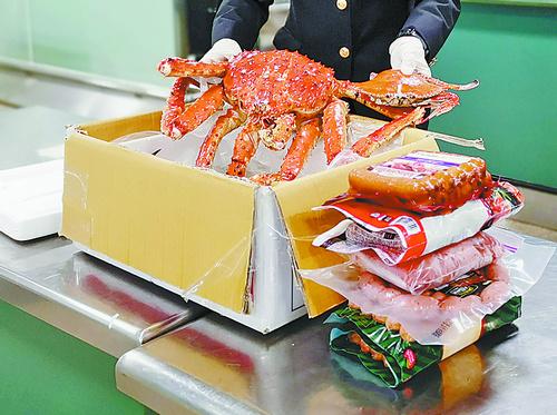 欲带帝王蟹入境因味太重露踪迹 共12公斤东西被澳门银河娱乐网站海关查获