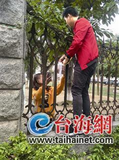 女学生隔着栅栏接外卖 澳门银河娱乐网站不少高校禁止外卖人员进校