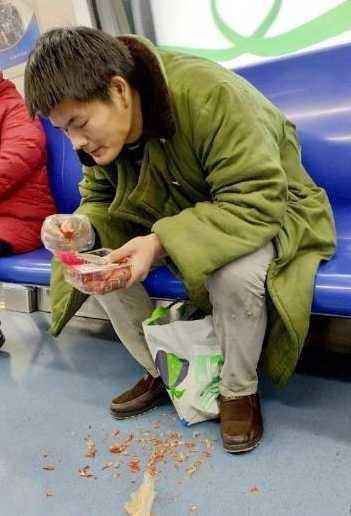 夫君地铁吃小龙虾吐满地什么环境?夫君地铁吃小龙虾举动令人恼怒