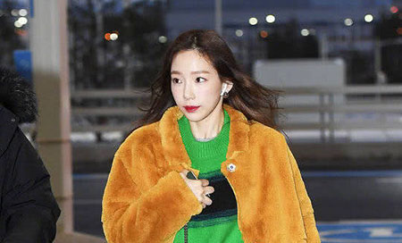 金泰妍穿大胆配色毛衣搭配短裙大秀美腿 现场比心颜值在线