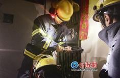 套房凌晨起火 一家三口无法逃生 消防队及时到场救援