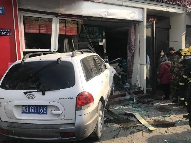 郑州轿车突入商店现场照曝光 轿车为什么会突入商店伤亡环境怎样