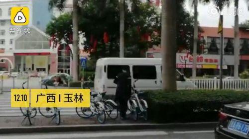 12岁男孩自动整理停放单车众人点赞!但妈妈却说怕他被揍?
