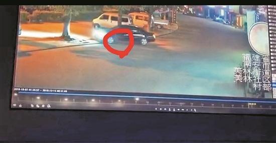 男子倒车撞倒幼童致死 监控视频记录下痛心一幕