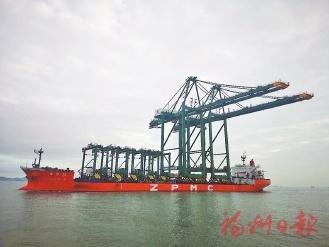 """两台""""巨人""""岸桥抵达福州自贸江阴港区"""