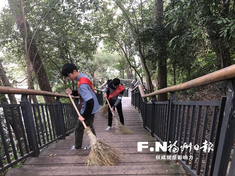"""海峡(福州)熊猫爱心志愿者服务团:累计服务1万小时 只为守护""""国宝"""""""