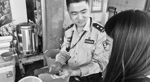 福鼎叠石:民警进村入户教用二维码门牌
