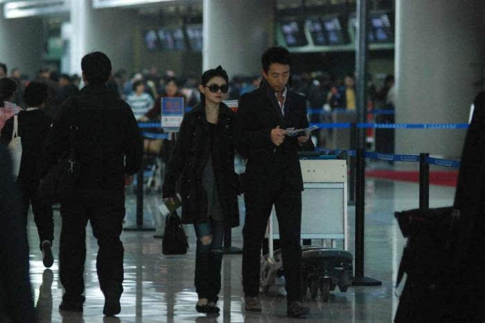 对比大S夫妇狂撒狗粮 冯绍峰赵丽颖夫妇现身机场太谨慎