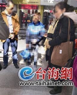 """漳州11岁""""流浪""""男孩深夜蜷缩于角落 民警""""找到""""父母"""