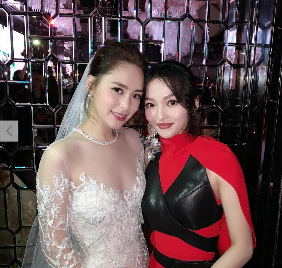 张韶涵避开媒体参加阿娇婚礼 穿红裙合影新娘子超养眼