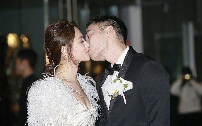 阿娇婚礼现场布满鲜花 礼服用羽毛和水晶镶嵌