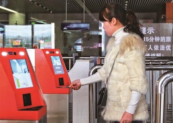 """宁德火车站新型验证自助核验设备启用""""刷脸""""进站"""