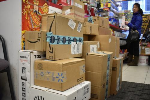 年底节日多美国华人寄礼品回国 快递服务需求增