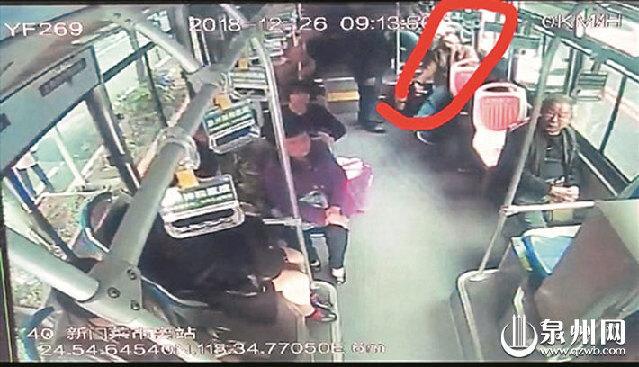 男子乘公交车半途突发急病晕倒 司机乘客帮他报警