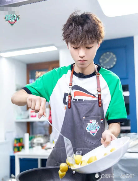 TFBOYS厨艺比拼,易烊千玺厨艺令人担忧!王源王俊凯经验十足