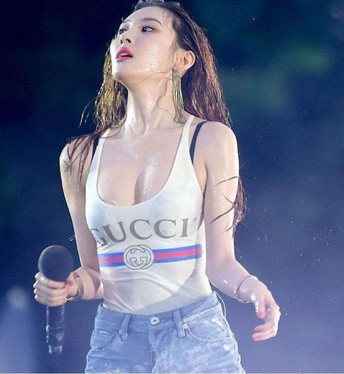 韩国歌手宣美热舞上衣肩带断裂 左胸内衣被看光(图)