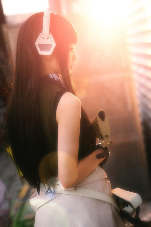 甜美网红COS少女前线 身材高挑手持M4霸气无双