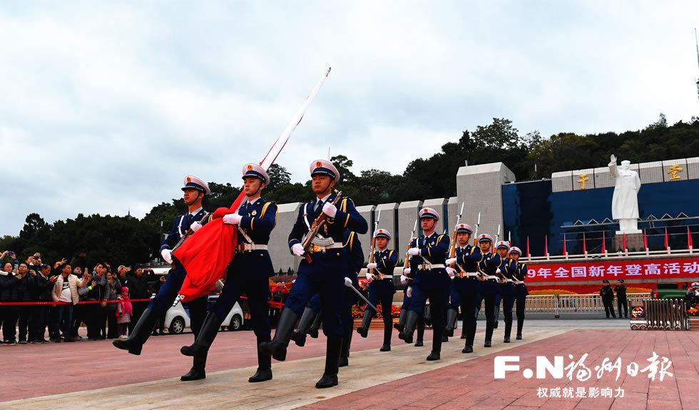 """福州""""火焰蓝""""护卫国旗升上五一广场"""