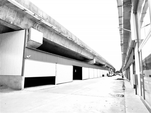 福州机场高速桥底 冒出数百间店面