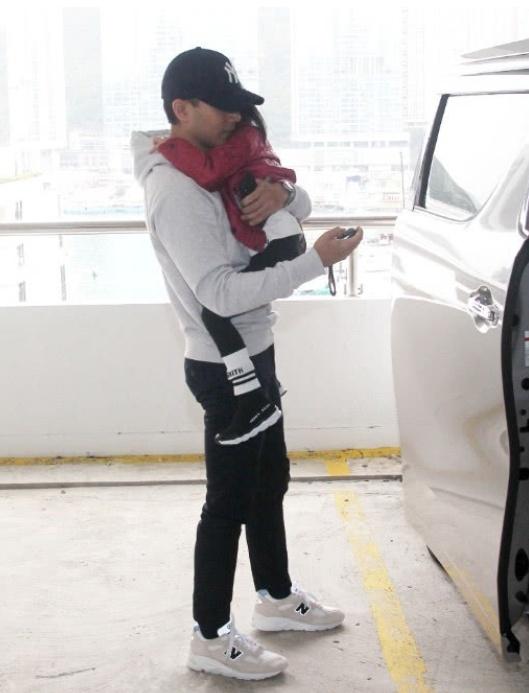 刘恺威离婚后亮相与小糯米同行 两人状态极佳杨幂却显憔悴
